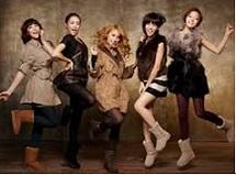 KARAがモデルのベアパウの広告写真